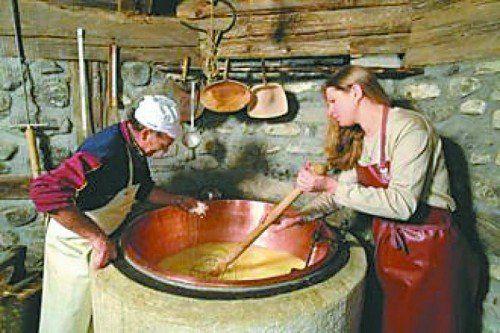 Haus Walserstolz In der Erlebnissennerei in Sonntag erwartet die Besucher eine informative Reise in die ursprüngliche Welt der Walser Senner. Werden Sie Zeuge, wie aus Milch ein Käse der Extraklasse produziert wird – der Walserstolz.