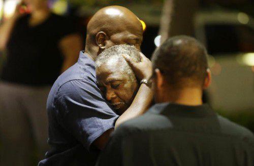 In Charleston herrscht Fassungslosigkeit, nachdem ein Mann in einer Kirche um sich geschossen und neun Menschen getötet hat. Foto: AP