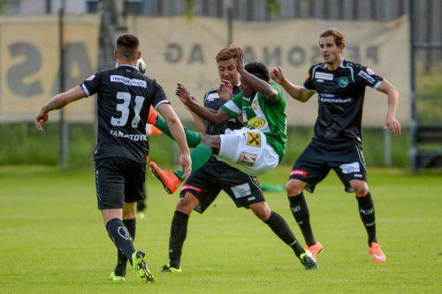 Jodel Dossou (Mitte) war einer von sechs Testspielern, die bei Austria Lustenau gegen St. Gallen zum Einsatz kamen. Foto: gepa