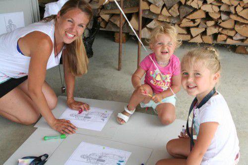 Kinder und Eltern hatten Spaß mit der Malstation.