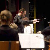Der Maestro dirigiert im Land
