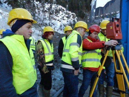"""Lehrlinge aus dem Baugewerbe bei einem von Hilti und """"get up!"""" durchgeführten Vermessungsworkshop."""