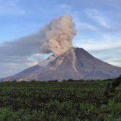 Gaswolke aus indonesischem Vulkan Sinabung entwichen