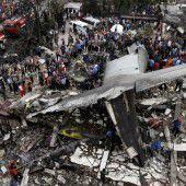 Flugzeugabsturz auf Wohngebiet fordert über hundert Todesopfer