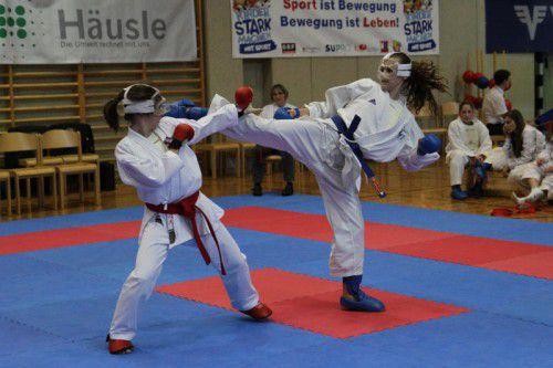 Vivien Moric (r.) vom KC Höchst holte sich in der Juniorenklasse Gold im Kata und im Kumite. Foto: Schwämmle