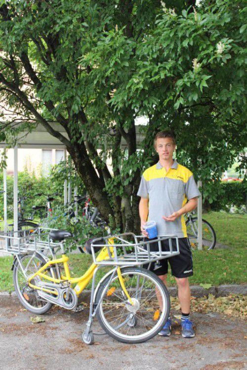 Postler Roman Eder ist mit Hunde-Leckerlis ausgerüstet.  Foto: ram