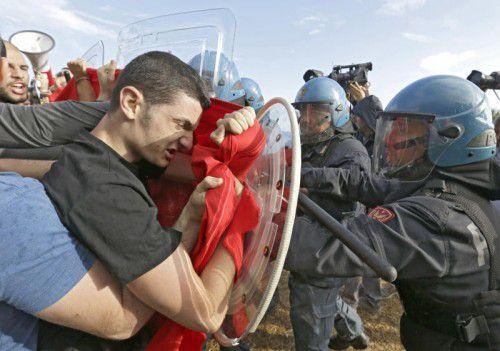 Zusammenstoß zwischen Asylgegnern und Polizei an der französisch-italienischen Grenze, wo Hunderte Flüchtlinge auf Weiterreise warten.  FOTO: AP