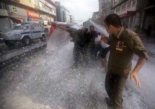 Bei einer Kundgebung in Ankara gegen die Einsätze der Luftwaffe kam es zu Zusammenstößen zwischen Demonstranten und der Polizei.