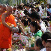 Thailändische Mönche begehen Fastenzeit