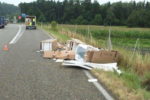 Das Fahrzeug verlor einen Teil seiner Ladung.