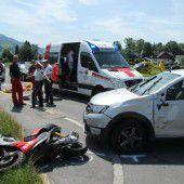 Moped gegen Auto: Zwei Buben verletzt