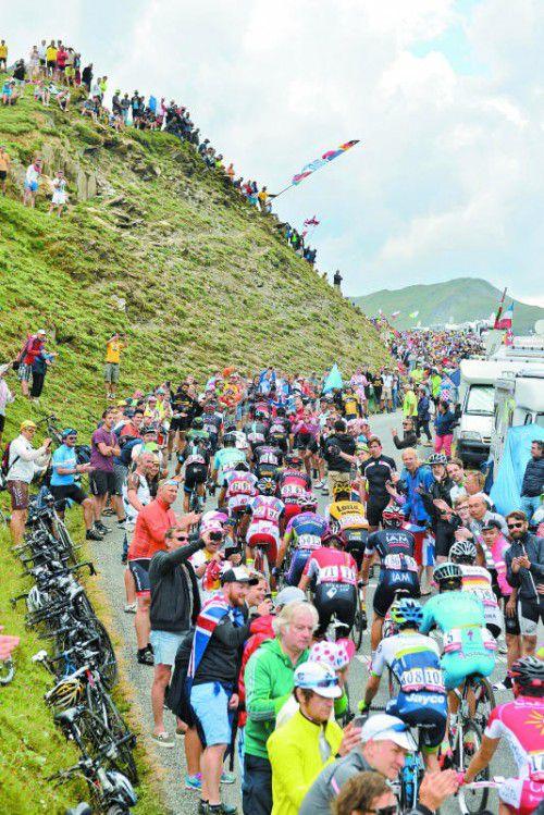Der Tour-Tross quält sich über die Alpen – und ist bei den Bergfahrten den Attacken von fanatischen Fans ausgesetzt.