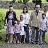 Königsfamilie posiert für traditionelles Foto