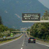 Polizei musste wegen Tunnelsperre  knapp 600 Lkw-Fahrer zurückweisen