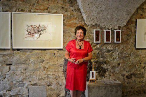 Die Künstlerin Ilse Konrad vor einer ihrer Stadtansichten von Bregenz.