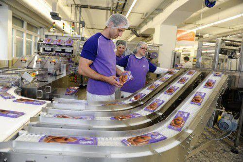 Im Schokoladewerk in Bludenz laufen pro Tag rund 600.000 Milka-Großtafeln vom Band. VN