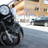 Motorrad rammt Auto frontal