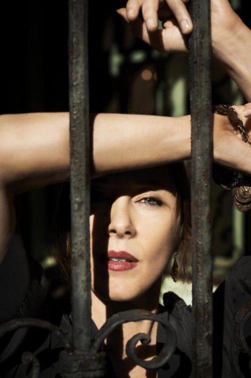 Die US-amerikanische Liedermacherin Suzanne Vega gastiert beim 4. Conrad Sohm Kultursommer Festival. foto: suzanne Vega/Holz/soundevent
