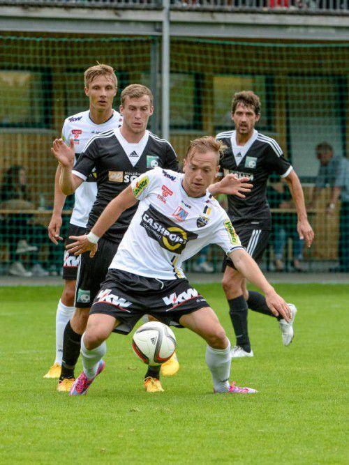 Dominik Hofbauer (vorne), genau begutachtet von Kapitän Philipp Netzer. Beide haben einen starken linken Fuß.
