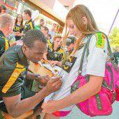 Neue Dressen und große Begeisterung um die Altacher Fußballer