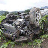 Auto überschlug sich und landete im Feld