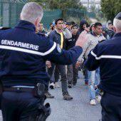 Migranten spielen Katz und Maus mit Polizei
