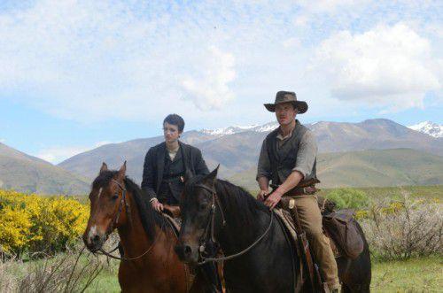 Jay Cavendish (Kodi Smit-McPhee) und Silas Selleck (Michael Fassbender) gemeinsam auf dem langen Weg nach Westen.
