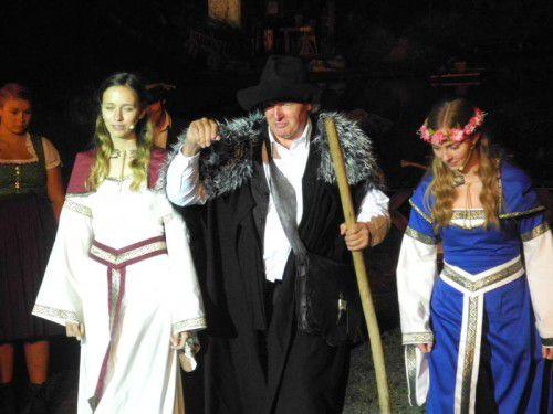 Kurt Tschofen als Alfonso Baretto mit Nina Netzer (Silvretta) und Amrei Saler (Vereina) auf der Freilichtbühne in Silbertal.