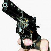 Gattin mit Revolver bedroht: Hilf mir die Socken anziehen