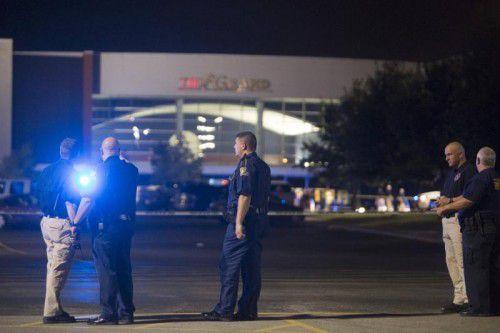 Polizeibeamte stehen vor dem Kino in Lafayette, in dem der Amokläufer das Feuer eröffnet hat.