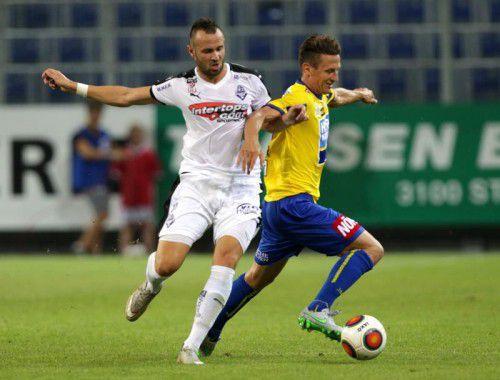 Salzburgs Lukas Katnik (links) gegen Florian Mader.