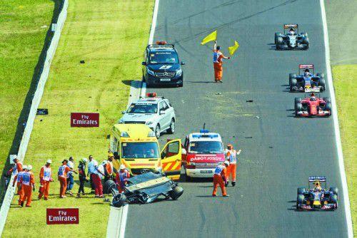 Spektakulärer Unfall samt Überschlag im ersten Training in Budapest: Sergio Perez entstieg dem Wrack aber unverletzt und kam mit dem Schrecken davon.