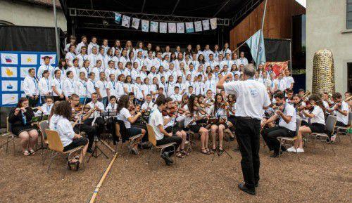 Unter den Gästen waren ein Kinderchor aus Siebenbürgen, der Lieder aus der Heimat zum Besten gab.