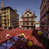 Traditionelle Stierhatz in Pamplona eröffnet