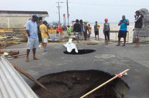 """""""Erika"""" hinterlässt eine Spur der Zerstörung: Dörfer wurden überfluetet, Straßen zerstört. Foto: AP"""