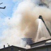 Großbrand wütet auf Fabrikgelände