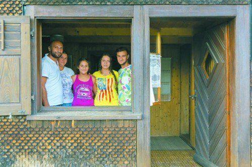 Auf der Suche nach Obdach. In Bildstein dürfen Duru, Vandana, Aida, Carolea und Aurel Stefan (von links) noch eine Woche bleiben.