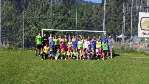 Beim Fußballcamp in Ebnit gab es noch ein Gruppenbild mit Damir Canadi (ganz rechts).