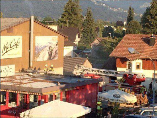 Der erste Einsatz war nicht der letzte: Die Feuerwehr auf dem Dach des Imbissstandes in Hard.