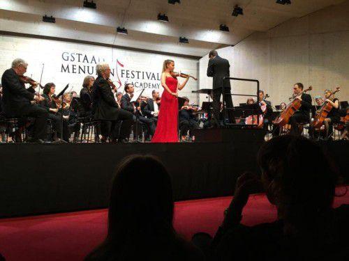 Die junge Geigerin Sara Domjanic mit dem Festival Academy Orchestra unter Kevin Griffiths in Gstaad.