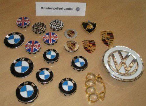 Die sichergestellten, gestohlenen Pkw-Embleme.