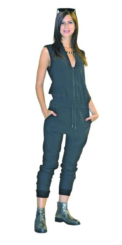 Edles Outfit von Façona in Dornbirn: Overall von G. Star (Preis a. A), Schuhe von Tommy Hilfiger (129,90), Sonnenbrille (16,90) sowie Halskette von Mango (14,99).