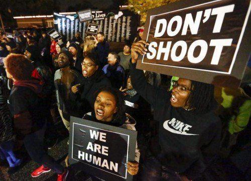 Ein Jahr nach dem Tod von Michael Brown demonstrierten in Ferguson Hunderte gegen Polizeigewalt und Rassismus.