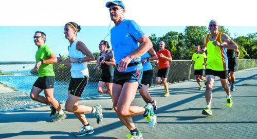 Ein Teil der Marathonstrecke führt über die neue Radbrücke in Hard. Der erste Streckentest wurde erfolgreich absolviert.