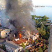 Großbrand in Horn lässt Rauchschwaden über den See wehen