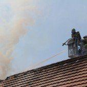 Heckenbrand greift in Dornbirn-Hatlerdorf auf Wohnhaus über