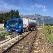 Lastwagen geriet auf die Schienen