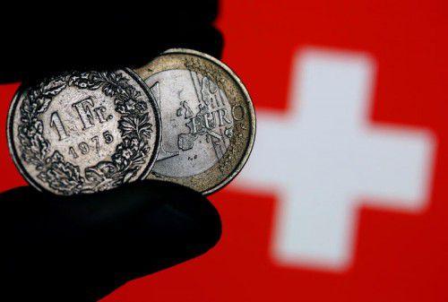Schweizer Franken und Euro nähern sich wieder vorsichtig einander an. DPA
