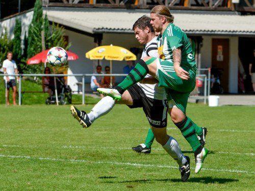 Gabriel Steurer (Krumbach) und Stefan Maccani (Frastanz/rechts) im Kampf um den Ball.