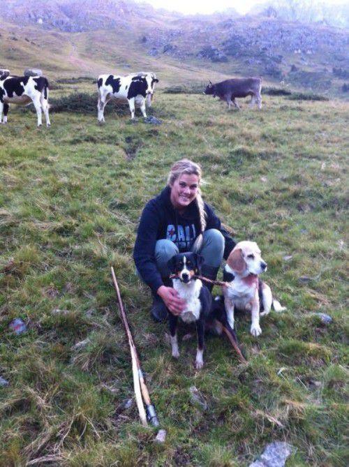 Kleinhirtin Anna Meixner mit ihren zwei Hunden Meiti und Sonntag auf der Rinderalpe Vergalden.